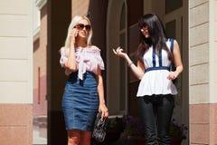 Mujeres jovenes que recorren en una calle Foto de archivo libre de regalías