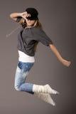 Mujeres jovenes que saltan durante su danza imágenes de archivo libres de regalías