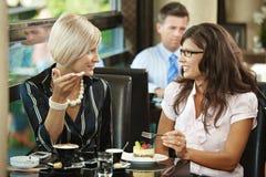 Mujeres jovenes que se encuentran en café Imagen de archivo