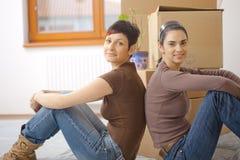 Mujeres jovenes que se mueven a casa Imagen de archivo