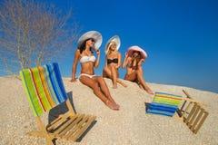 Mujeres jovenes que se relajan en la playa Foto de archivo