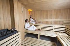 Mujeres jovenes que se relajan en sauna Imagen de archivo libre de regalías