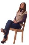 Mujeres jovenes que se sientan en una silla. Imágenes de archivo libres de regalías