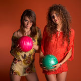 Mujeres jovenes que sostienen la bola de bowling Fotos de archivo libres de regalías
