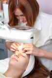 mujer que tiene tratamiento facial de la belleza Foto de archivo libre de regalías