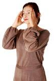 Mujeres jovenes que tienen un dolor de cabeza. Fotografía de archivo libre de regalías