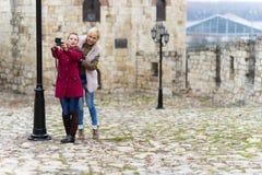 Mujeres jovenes que toman el selfie Imagen de archivo libre de regalías