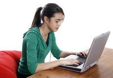 Mujeres jovenes que trabajan en el ordenador portátil Imágenes de archivo libres de regalías