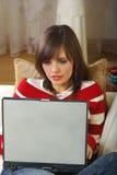 Mujeres jovenes que usan el ordenador portátil Imagen de archivo libre de regalías