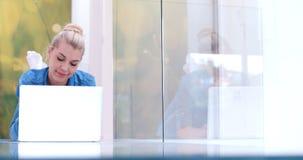 Mujeres jovenes que usan el ordenador portátil en el piso Imagen de archivo