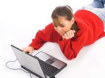 Mujeres jovenes que usan la computadora portátil Foto de archivo