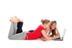 Mujeres jovenes que usan la computadora portátil Imagen de archivo libre de regalías