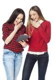 Mujeres jovenes que usan la tableta digital Imagen de archivo libre de regalías