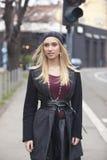 Mujeres jovenes rubias de moda Fotos de archivo libres de regalías