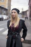 Mujeres jovenes rubias de moda que caminan en la calle Fotos de archivo