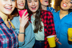 Mujeres jovenes salientes que sitúan en el partido Fotografía de archivo libre de regalías