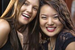 Mujeres jovenes sonrientes Fotografía de archivo libre de regalías