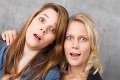 Mujeres jovenes sorprendidas Fotografía de archivo libre de regalías