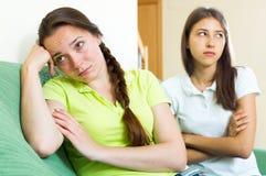 Mujeres jovenes tristes que miran lejos Fotografía de archivo