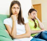 Mujeres jovenes tristes que miran lejos Imagen de archivo libre de regalías