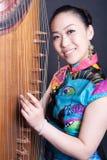 Mujeres jovenes y cítara china Imagen de archivo