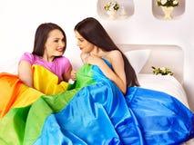 Mujeres lesbianas en el juego erótico del foreplay en cama. Fotografía de archivo