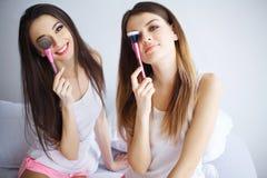 Mujeres limpias puras del cuidado de piel de la belleza casera del balneario que aplican el homem facial Imagen de archivo