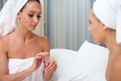 Mujeres limpias puras del cuidado de piel de la belleza casera del balneario que aplican la máscara hecha en casa facial Fotos de archivo libres de regalías