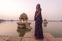 Mujeres locales en el lago Gadisar Foto de archivo libre de regalías