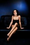 Mujeres lujosas en un sofá Imágenes de archivo libres de regalías