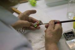 Mujeres macking las joyas hermosas foto de archivo