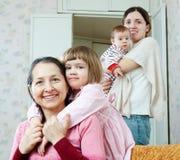 Hija de la mujer y del adulto con el childre dos imagen de archivo libre de regalías