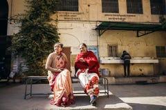 Mujeres maduras indias que se sientan en banco Fotografía de archivo