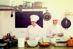 """mujeres maduras y jovenes del ¿del ï las"""" cocinan Foto de archivo"""