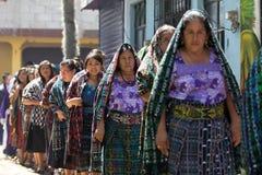 Mujeres mayas tradicionalmente vestidas en Guatemala imagen de archivo