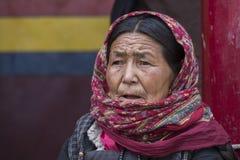 Mujeres mayores budistas tibetanas en el monasterio de Hemis Ladakh, la India del norte Fotografía de archivo