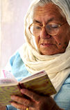 Mujeres mayores con el libro sagrado Imagen de archivo