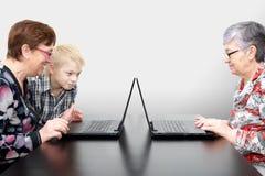 Mujeres mayores con los ordenadores portátiles Foto de archivo libre de regalías