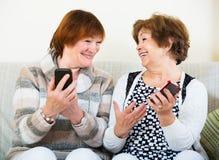 Mujeres mayores con los teléfonos móviles Foto de archivo libre de regalías