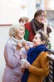 Mujeres mayores que beben té en el balcón Fotos de archivo