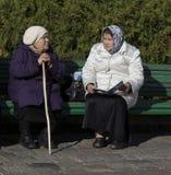 Mujeres mayores que hablan en la abadía del sergei de Sam, Federación Rusa Imagen de archivo libre de regalías
