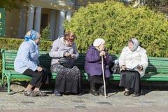 Mujeres mayores que hablan en la abadía del sergei de Sam, Federación Rusa Imágenes de archivo libres de regalías