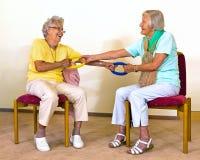 Mujeres mayores que hacen estiramientos del socio Imagen de archivo libre de regalías