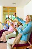 Mujeres mayores que hacen un entrenamiento en un gimnasio Fotografía de archivo libre de regalías