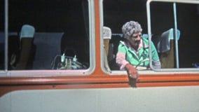 1973: Mujeres mayores que llaman sobre el hombre asiático hermoso para la imagen almacen de video