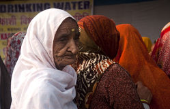 Mujeres mayores que llevan las saris coloridas Fotos de archivo