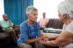 2 mujeres mayores que obran recíprocamente Imagen de archivo