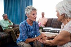 2 mujeres mayores que obran recíprocamente Foto de archivo libre de regalías