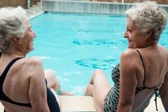 Mujeres mayores que obran recíprocamente con uno a mientras que se relaja Fotos de archivo libres de regalías