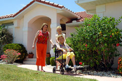 Mujeres mayores que recorren con el amigo lisiado Imágenes de archivo libres de regalías